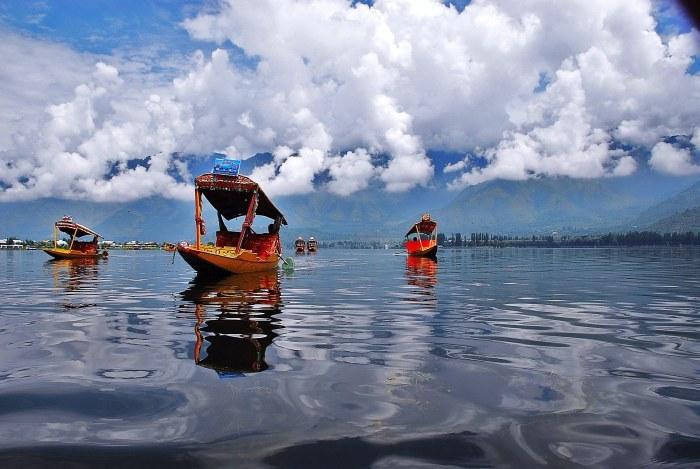 Shikara_in_Dal_Lake_in_Kashmir-tripbookingonlinedotcom