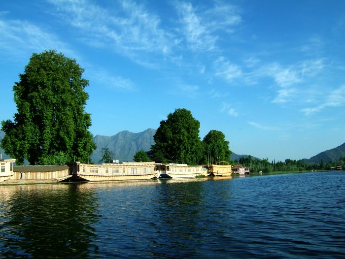 img1_24671_Kashmir-houseboats-Srinagar-Dal-lake-Apr-2004-11