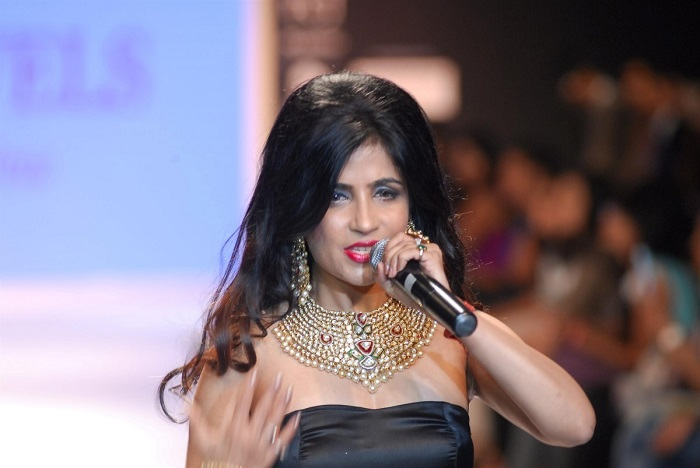 Singer Shibani Kashyap performs at-the-Aks-Jewels-Show-at-IIJW-2014-in-Mumbai