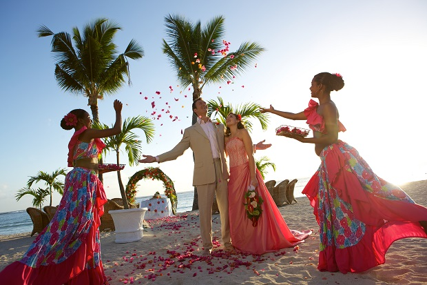 how to dress for a beach wedding