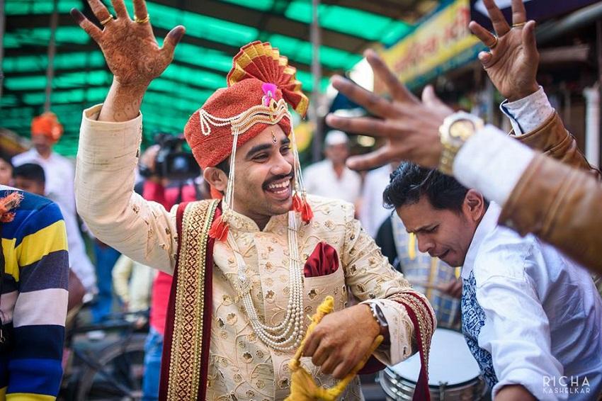 marathi groom dances to the wedding baraat songs