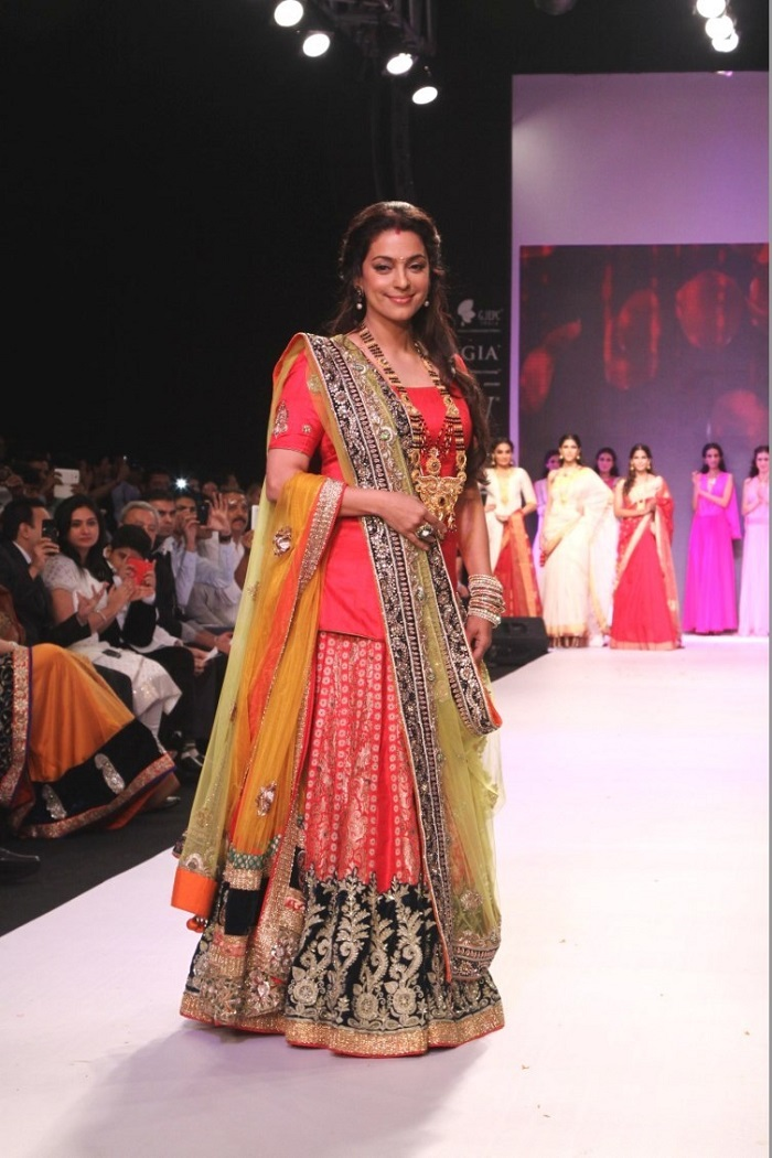hw2poant8bvy5a9s.D.0.Juhi-Chawla-walking-the-ramp-as-showstopper-for-Shringar-s-Mangalsutra-collection-at-IIJW-2013--4-