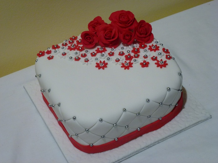 Single Tier white wedding cake with red roses