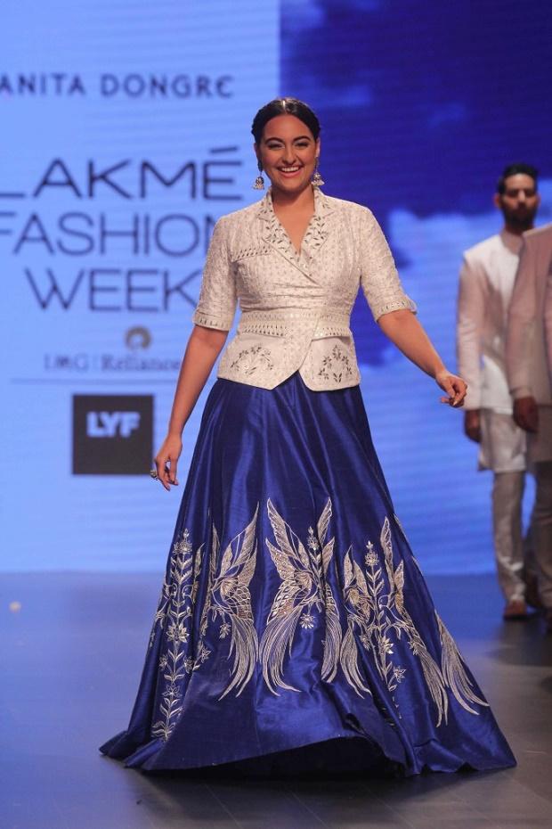 sonakshi-sinha-walks-the-ramp-lakme-fashion-week-2016_145957523710