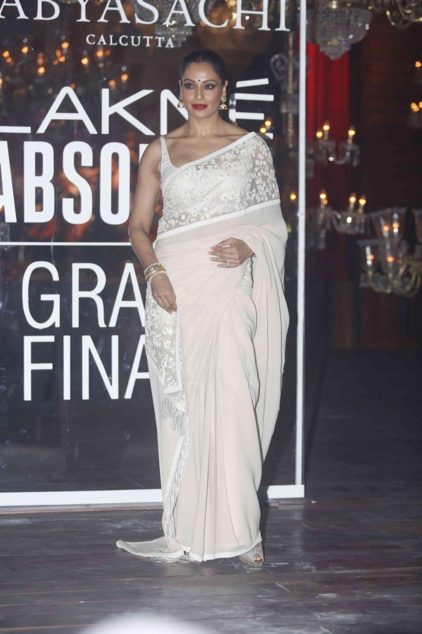 Bipasha Basu in white saree at LFW 2016 winter festive