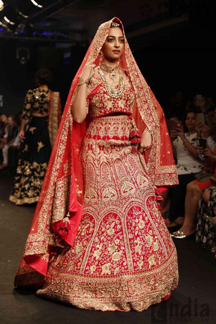 Radhika-Apte-Ramp-Walk-At-Lakme-Fashion-Week-2016-(5)