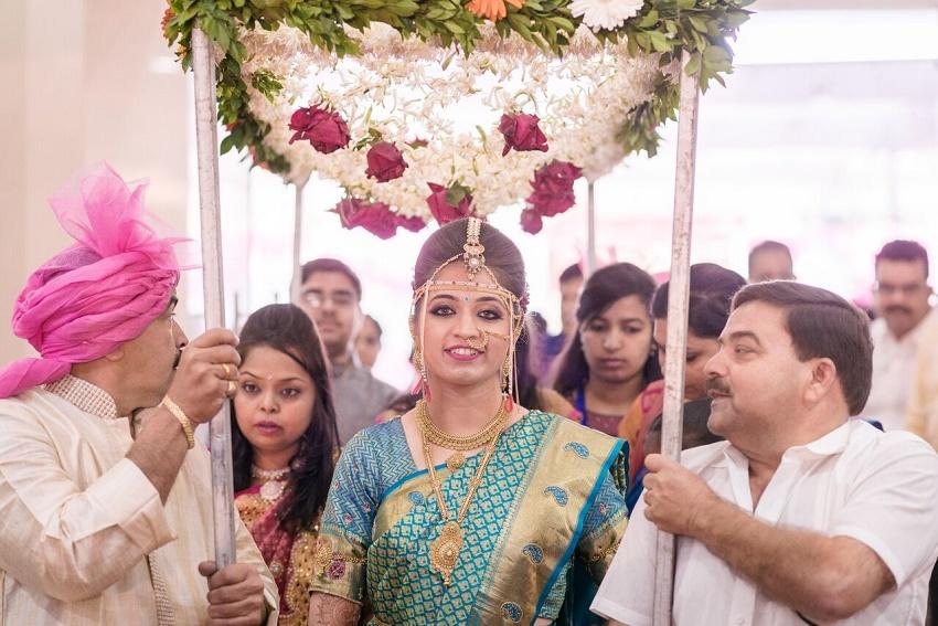 Marathi bride turquoise sari Marathi wedding photography by Crimson wedding photography Pune