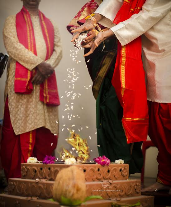 rituals in Simple Puneri wedding by Kaustubh's Photography